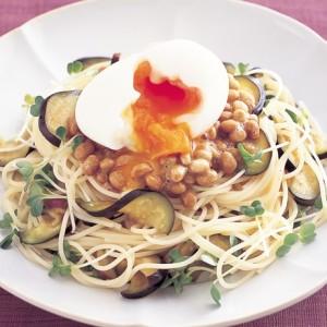 納豆はご飯にかけるだけじゃない!半熟たまごのせ冷製納豆パスタ