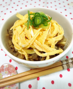 簡単!秋刀魚ときのこの炊き込みご飯~紅花錦糸卵のせ~