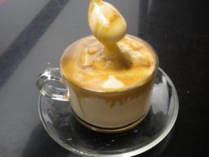 甘いエッグコーヒーを飲んで温まろう!