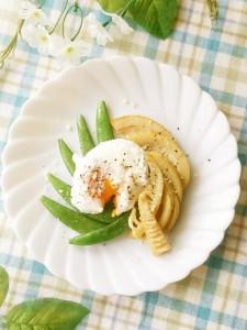 筍とスナップエンドウのポーチドエッグ