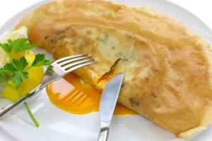 半熟卵がとろりとあふれる!チュニジアの春巻き「ブリック」をご紹介します