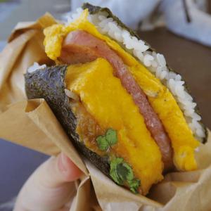 ふわふわ卵とジューシーなスパムが片手で味わえる!沖縄県民のソウルフード「ポークたまごおにぎり」