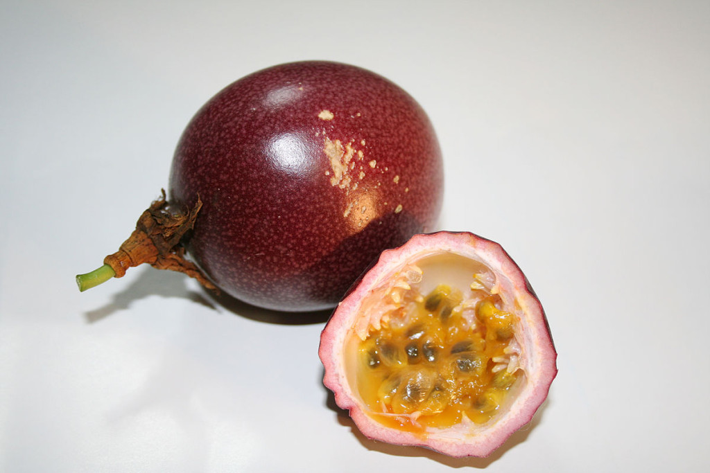 1200px-Passion_fruit_red2