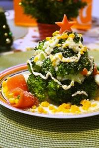 食卓も飾り付け!紅花たまごを使ったクリスマスツリーサラダ